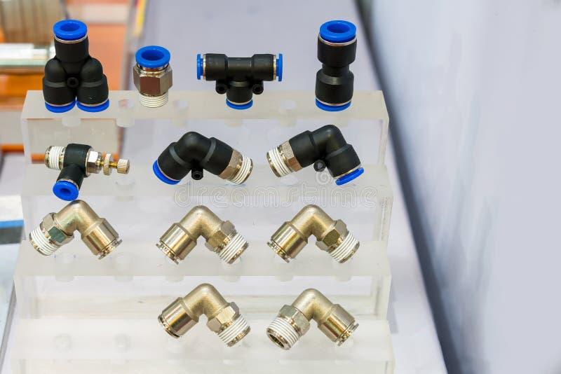 许多种类金属和塑料快接管箍或配件设备连接器空气的或液体在架子 库存照片