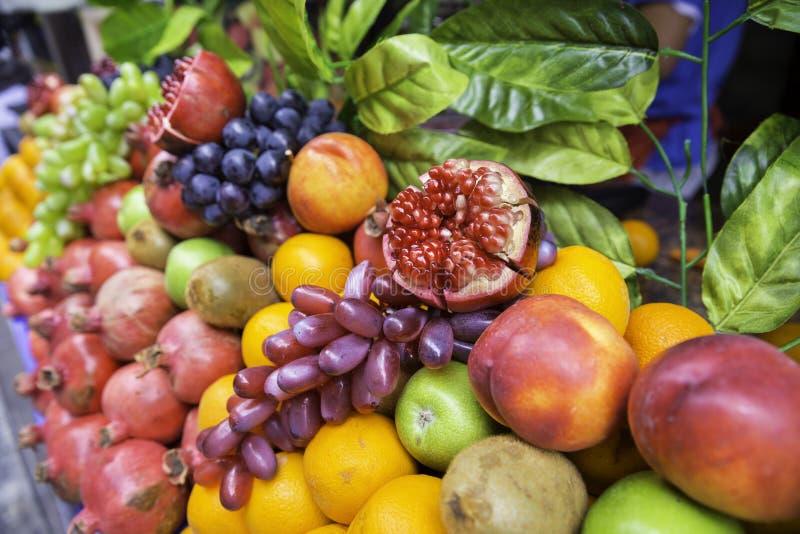许多种类在陈列室的不同的果子 库存图片