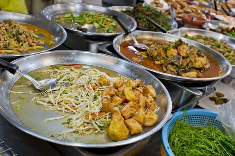 许多种类泰国食物出售在新鲜市场上在亚洲,泰国 免版税库存图片