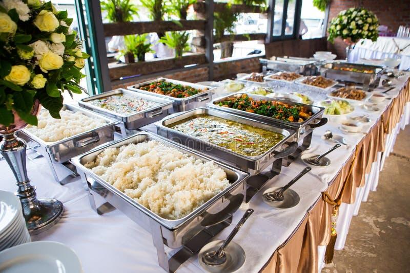 许多种类泰国食物出售在街市上 库存照片