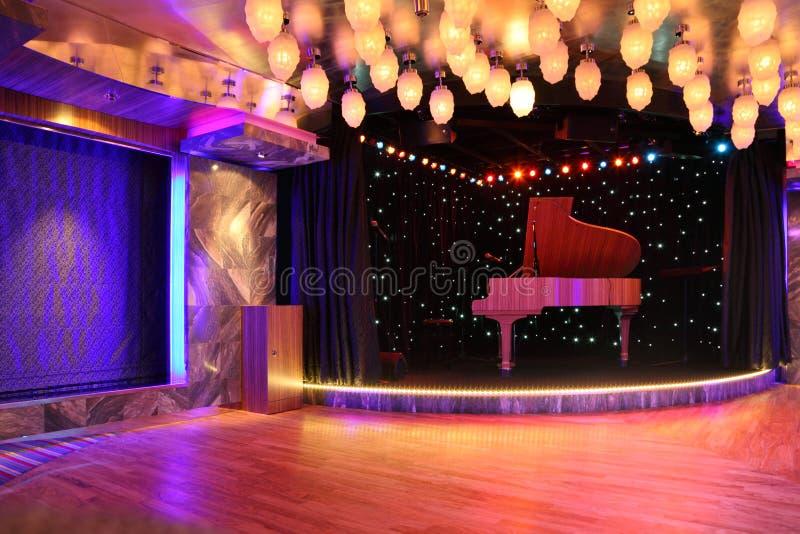 许多空的全部的闪亮指示钢琴阶段 库存图片
