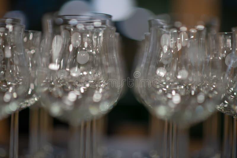 许多空的水杯几行,酒杯在餐馆 免版税库存照片