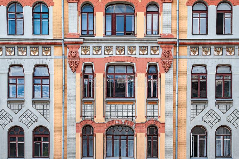 许多窗口和一个阳台老大厦的门面的 库存照片