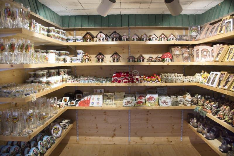 许多纪念品和玩具待售旅客人纪念品礼品店的 库存图片
