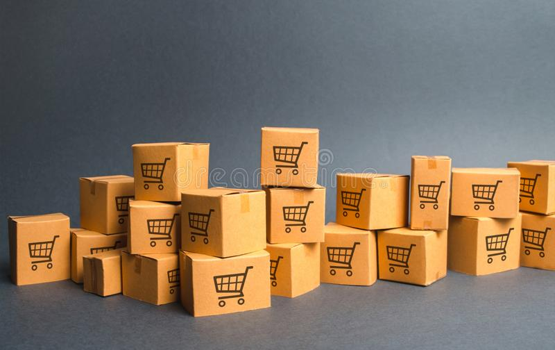 许多纸板boxeswith画手推车 产品,物品,仓库,股票 商务和零售 电子商务,销售 图库摄影