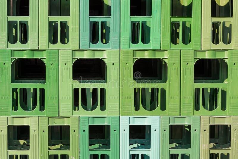 许多绿色被堆积的塑料饮料条板箱 免版税图库摄影