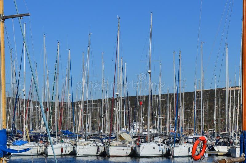 许多美丽的被停泊的风帆在海港乘快艇 免版税库存照片