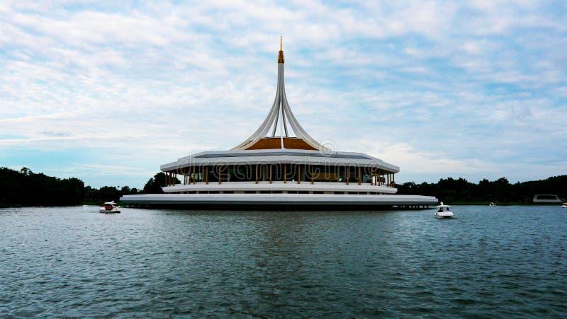 许多美好的透视,多云天空蔚蓝,水,纪念碑在曼谷,泰国 库存照片