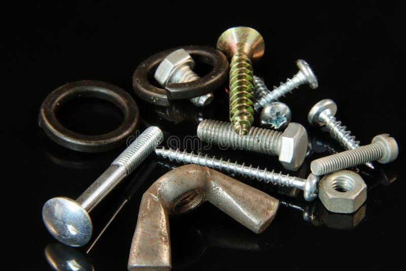 许多螺丝、螺栓、洗衣机、钉子和坚果 免版税图库摄影