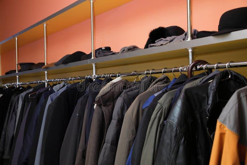 许多衣裳在寄物处 免版税库存图片