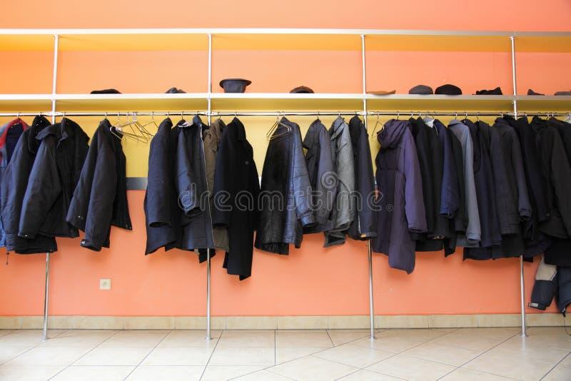 许多衣裳在寄物处 免版税库存照片