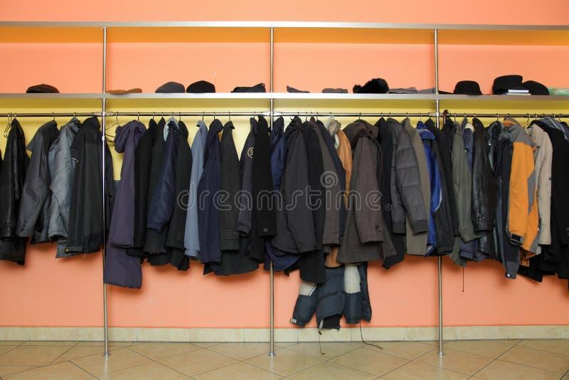 许多衣裳在寄物处 库存图片
