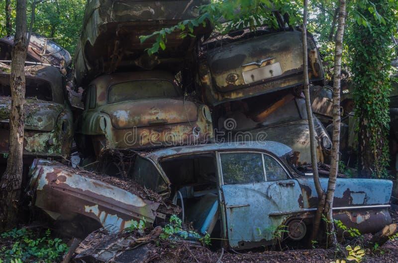 许多被堆积的经典汽车 库存图片