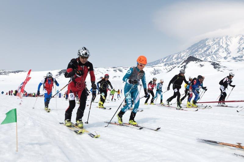 许多起动种族,滑雪登山家在山的滑雪上升 队种族滑雪登山 堪察加,俄国 免版税图库摄影
