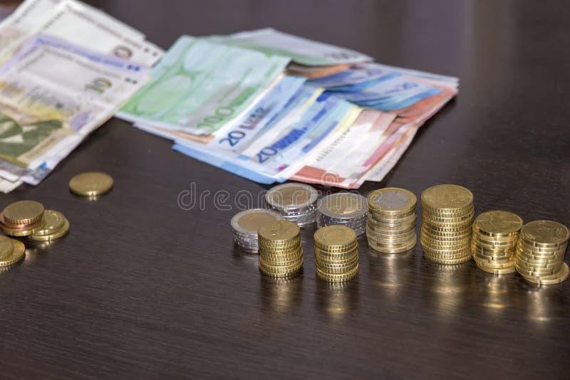 许多钞票和硬币, 免版税库存图片