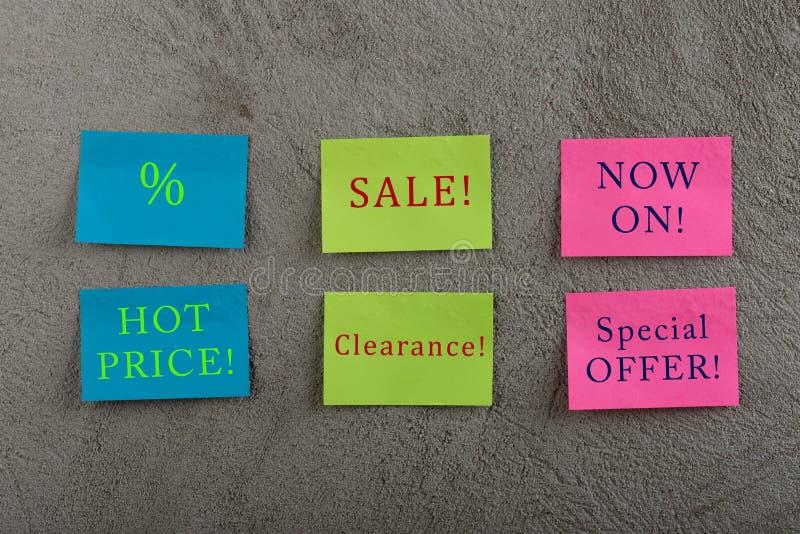 许多销售的标记-与文本销售,热的价格的五颜六色的稠粘的笔记,现在,特价、清除和折扣标志 免版税库存照片