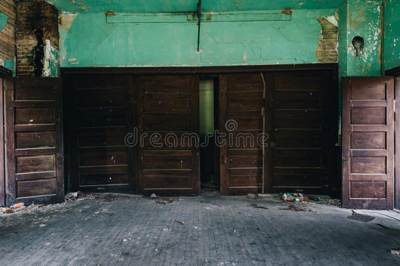 许多门-被放弃的Cannel市联合教会-阿巴拉契亚山脉-肯塔基 库存照片