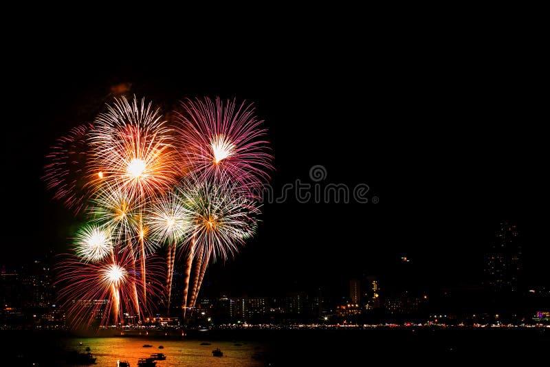 许多闪动的烟花有夜都市风景背景庆祝新年 免版税库存照片
