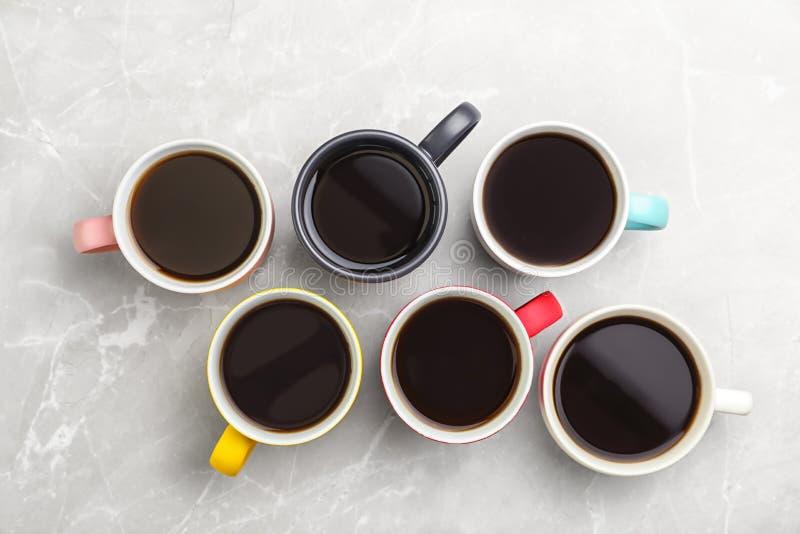 许多陶瓷杯子用热的芳香咖啡 免版税图库摄影