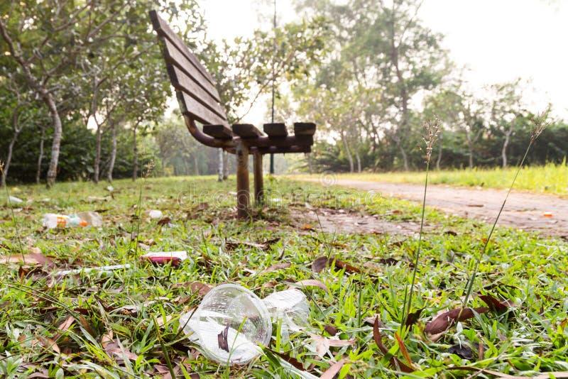 许多非在公园的自然分解的垃圾废弃物  库存图片