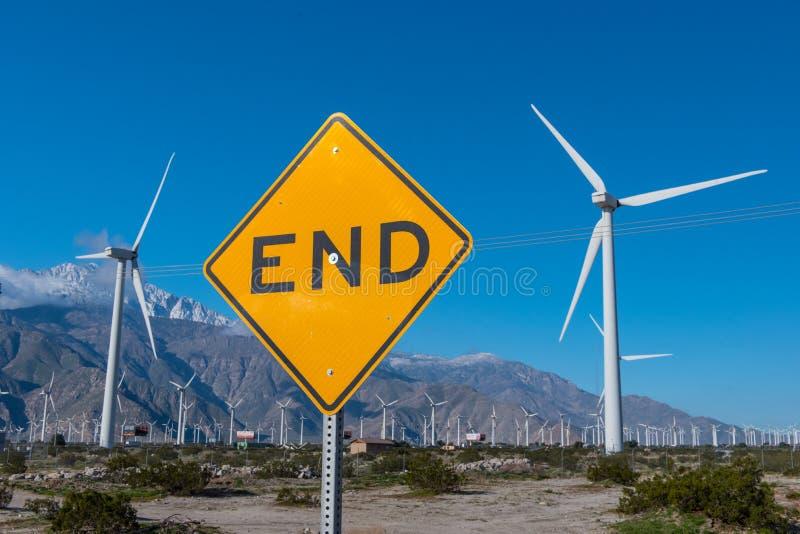 许多风力机在有末端的沙漠签字 免版税库存照片