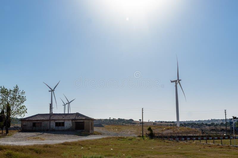 许多风车看法在绿色地面的 图库摄影