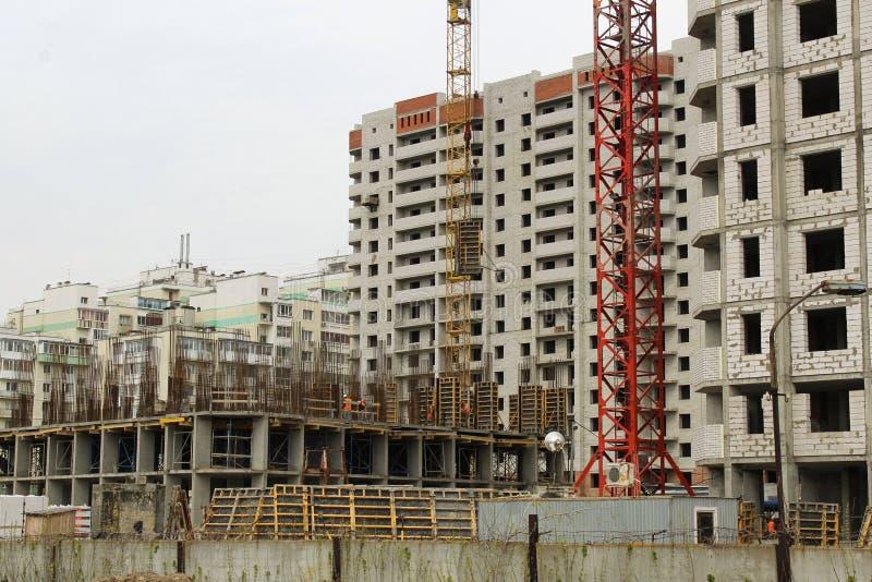 许多高楼建设中和起重机的里面地方 免版税库存图片