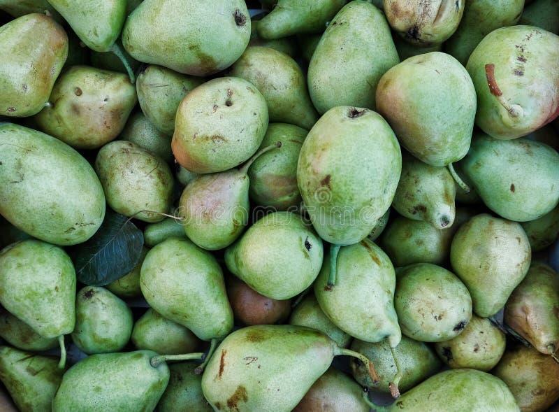许多`丑恶的果子`绿色梨待售在Open露天市场上 免版税库存图片