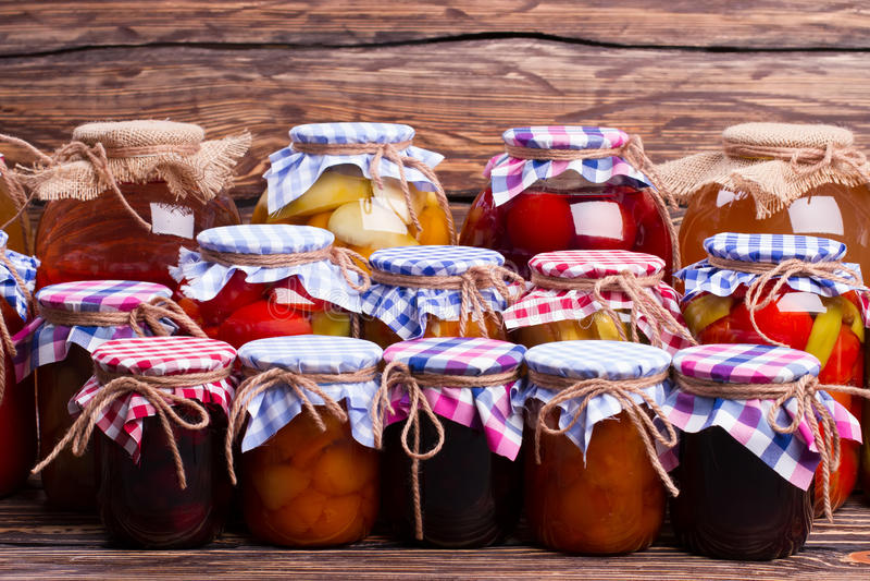 许多玻璃瓶子用食物 库存图片