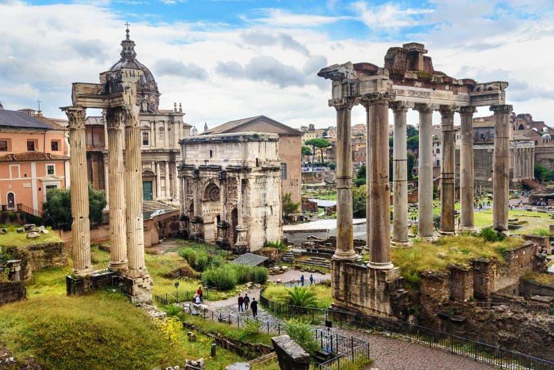 论坛罗马废墟 韦帕芗和泰塔斯农神庙、塞普蒂米乌斯・塞维鲁寺庙,曲拱和其他 罗马 意大利 库存图片