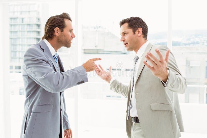 论据的企业同事在办公室 库存照片