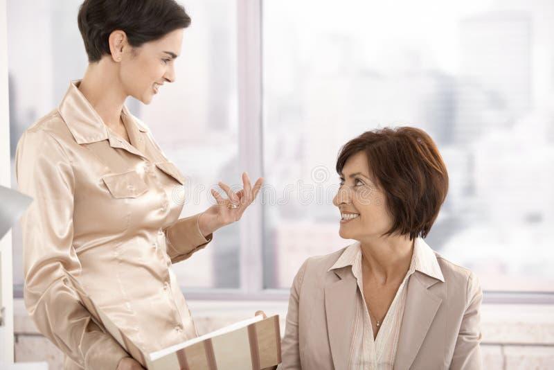 论述的职业妇女在办公室 免版税库存照片