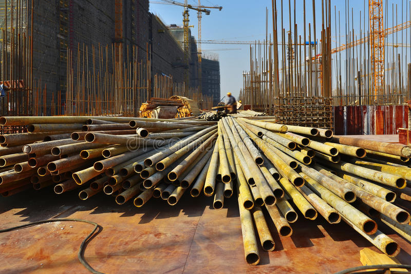 建设中站点,在大大厦的建筑 免版税库存图片