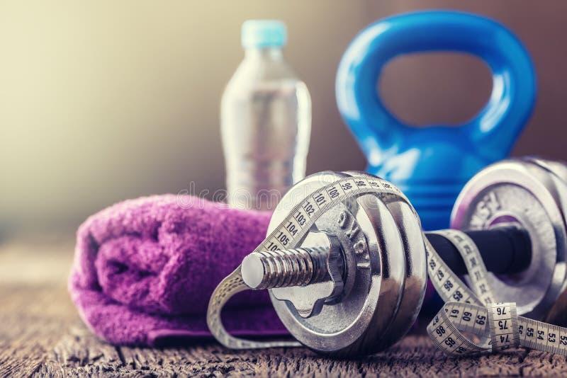 设备健身户外被安置的村庄 Kettlebell哑铃毛巾水和测量的磁带 免版税图库摄影