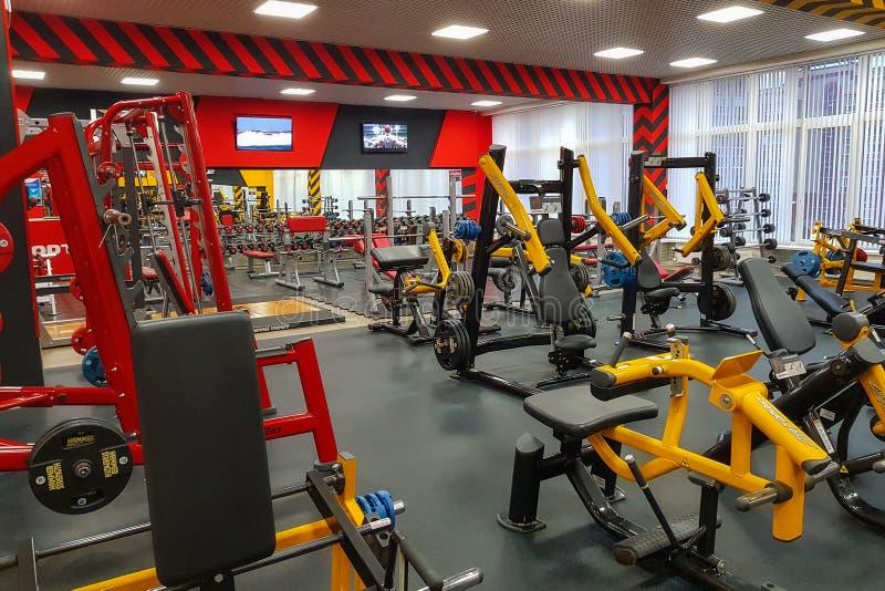 设备和健身设备在空的现代健身房在健身中心 俄罗斯,莫斯科2017年 免版税库存图片