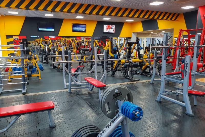 设备和健身设备在空的现代健身房在健身中心 俄罗斯?莫斯科2017年 库存照片