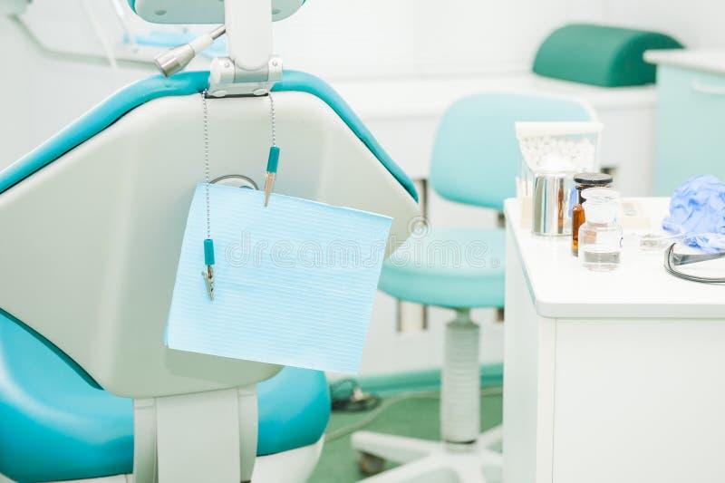 设备和牙齿仪器在牙医` s办公室 用工具加工特写镜头 牙科 牙齿概念背景 选择聚焦 Spac 库存图片