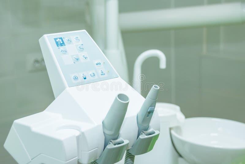 设备和牙齿仪器在牙医` s办公室 用工具加工特写镜头 牙科 免版税库存图片