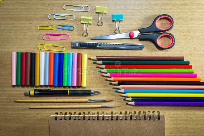 设备在背景的教育艺术 在顶视图 免版税库存图片