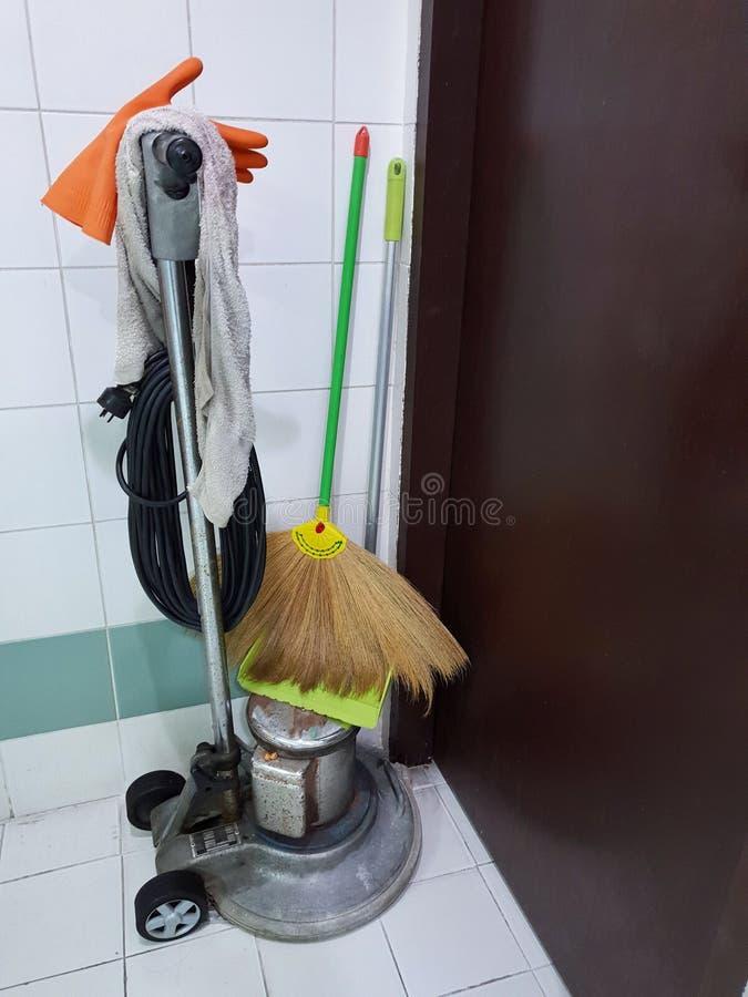 设备或工具为清洗服务与笤帚和拖把在办公室 库存图片