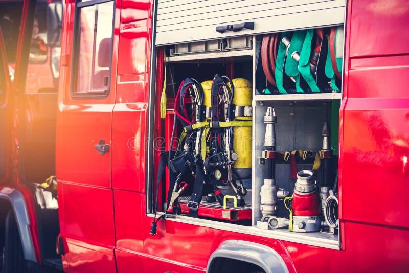 设备整洁地包装了在有阳光的一辆消防车里面 免版税库存照片