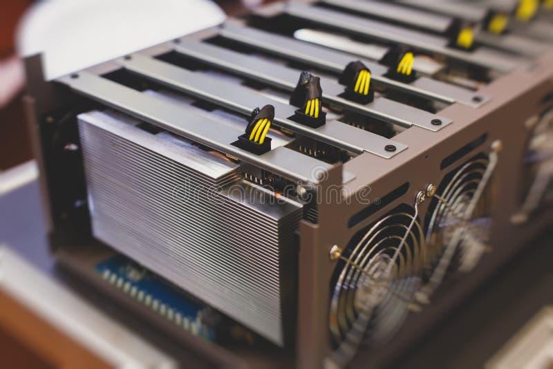 设备特写镜头视图bitcoin cryptocurrency采矿农场的,有爱好者的电子设备,采矿工艺学的概念 免版税库存图片