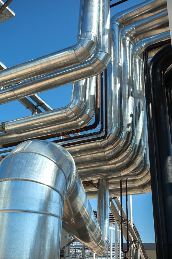 设备行业最新的石油精炼区域 钢管道 库存照片