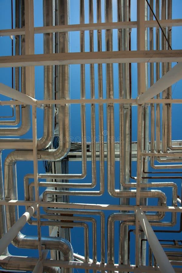设备行业最新的石油精炼区域 钢管道 免版税库存图片
