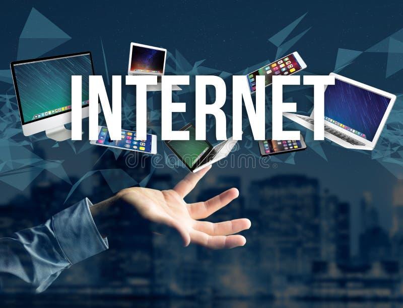 设备围拢的互联网标题喜欢智能手机、片剂或者la 免版税库存图片