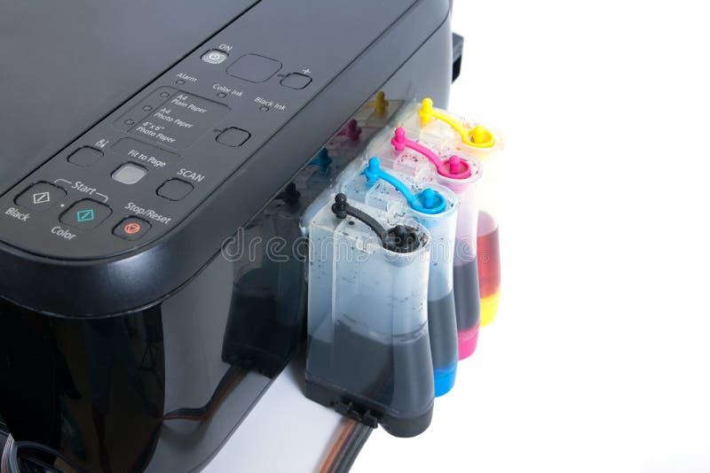 设定喷墨打印机的修改过的墨水坦克 打印机颜色在隔绝旁边的墨水坦克在白色背景 免版税库存图片