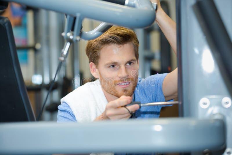 设定在健身房的人健身设备 图库摄影