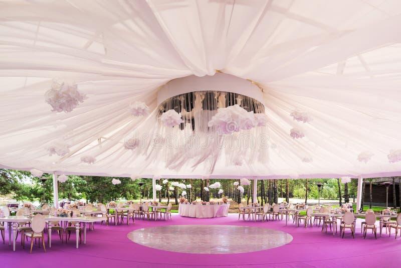 设宴一个婚礼的大厅与一个白色圆顶 免版税库存图片