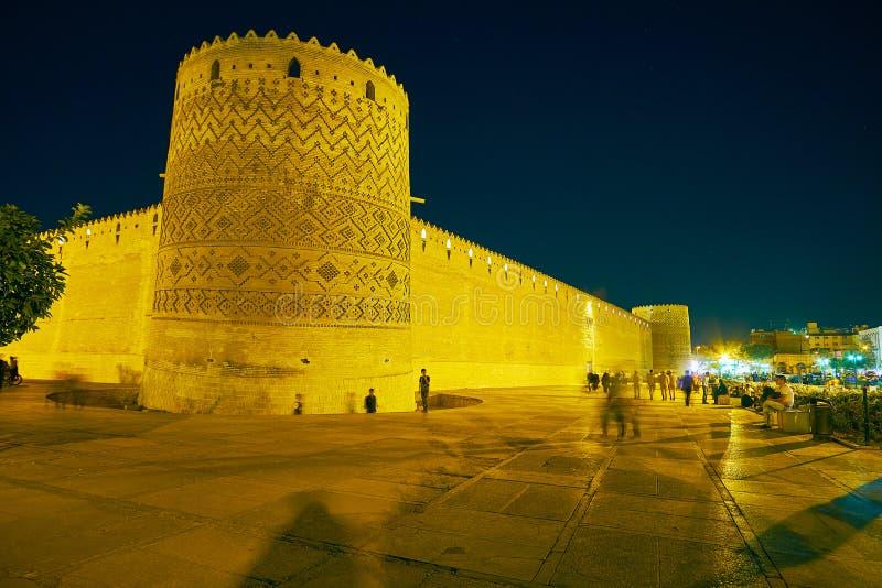 设拉子,伊朗- 2017年10月14日:享用明亮的均匀照明的中世纪卡里姆汗城堡,围拢由宜人的庭院 图库摄影