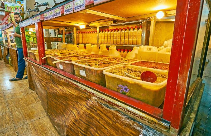 设拉子,伊朗- 2017年10月14日:伊朗腌汁商店,名为与大范围的torshi腌制,盐溶,辣,大蒜味道 免版税库存图片